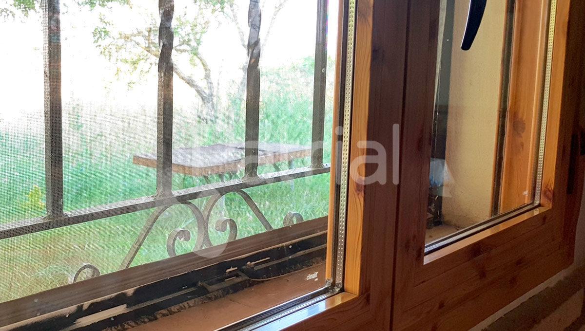 caseta-con-huerto-en-sarinena-ventanas-y-mosquitera